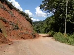 Deslizamento de terra entre Lote 10 e Campo Belo (Foto: Reprodução/TV Rio Sul)