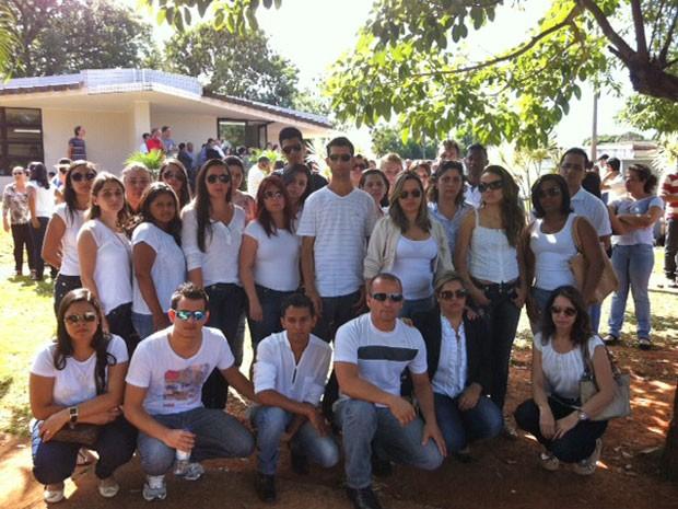 Colegas do professor Guilherme Moura de Jesus, morto com tiro na nuca em frente a igreja no DF (Foto: Luiza Facchina/G1)