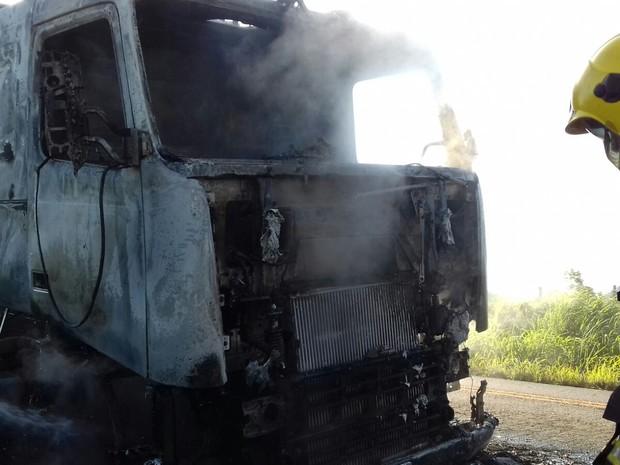 Cabine de caminhão ficou destruída após incêndio (Foto: Divulgação/ Corpo de Bombeiros)