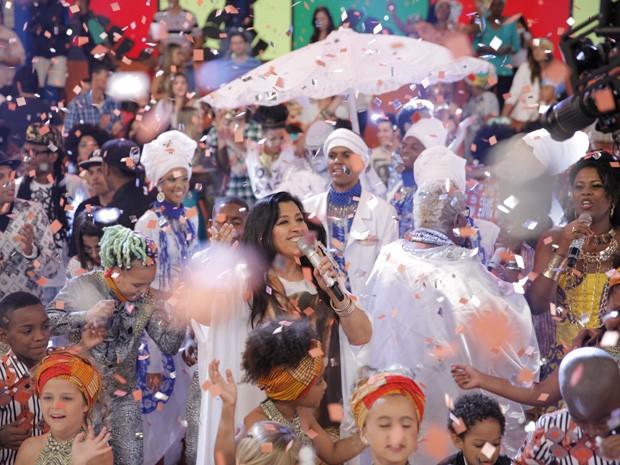 Reginá Casé no meio da festa! (Foto: Globo/João Januário)