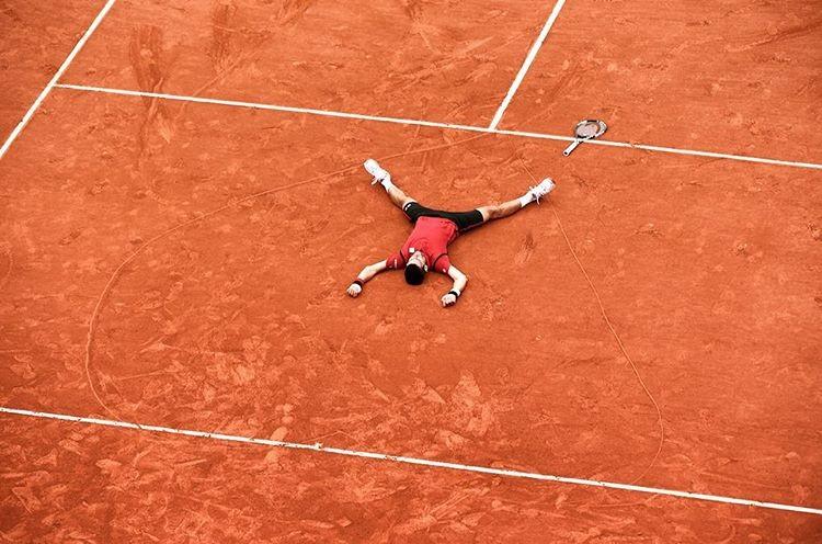 Djokovic deita no coração desenhado no centro da quadra em homenagem a Guga (Foto: Reprodução)