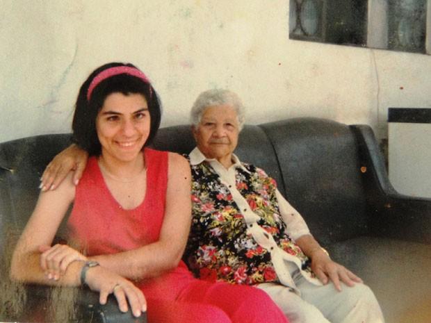 Tatiana aos 18 anos, pouco antes de ser diagnosticada com doença, ao lado da avó. (Foto: Cristina Moreno de Castro)