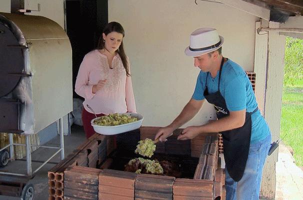 Bruna Bachega acompanha o preparo do Porco Paraguaio, no quadro 'Cozinha do Brasil' (Foto: Reprodução TV Fronteira)