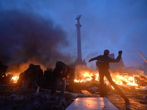 Conflitos ocorreram ao longo da madrugada desta quarta-feira (18). (Foto: Sergei Supinsky / AFP Photo)