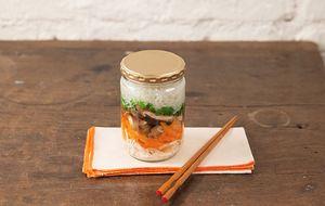 Bifum (macarrão de arroz) com cogumelos e cenoura
