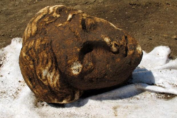 Cabeça de uma das sete estátuas recuperadas (Foto: AFP)