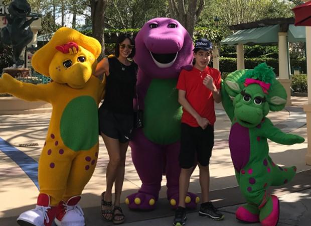 Suzana Gullo e Romeo com os personagens de 'Barney' (Foto: Reprodução/Instagram)