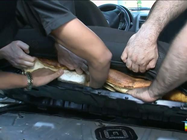 Droga foi apreendida dentro dos bancos do automóvel (Foto: Reprodução/TV Mirante)
