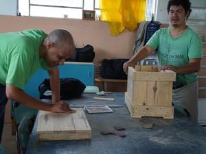 Jovens especiais participam de oficinais de marcenaria na Apae de Pinda (Foto: Divulgação/Apae)