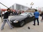 Lista reúne Maserati destruída a marretadas e mais protestos curiosos