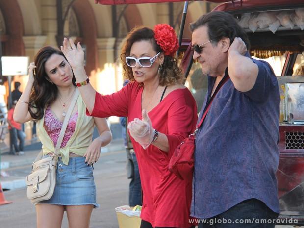Tatá Werneck, Elizabeth Savalla e Luis Melo encenam em frente da já famosa van do hot dog (Foto: Amor à Vida/TV Globo)