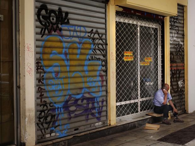 Mulher vende alho próximo a um mercado em Atenas (Foto: Daniel Ochoa de Olza / AP)