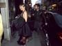 Jennifer Aniston usa look decotado em programa romântico em Paris