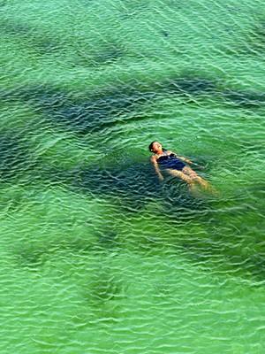 Banho nas lagoas é um dos atrativos dos Lençóis Maranhenses (Foto: Maurício Araya / G1)