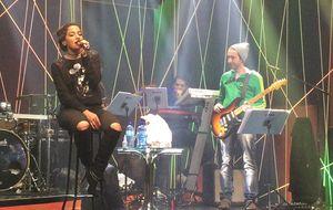Rivalidade? Anitta faz cover acústico de sucesso de Ludmilla. Veja vídeo