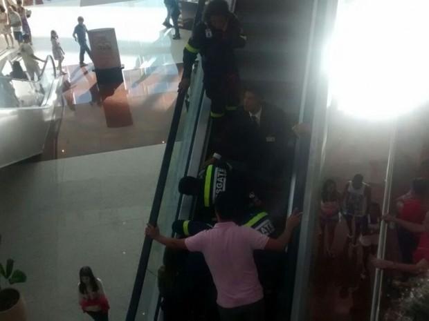 Equipe de segurança de shopping socorre criança (Foto: VC no ESTV)