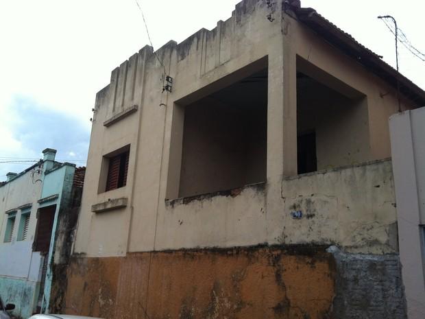 Imóvel construído na década de 1930 se encontra abandonado (Foto: Alex Rocha/ G1)