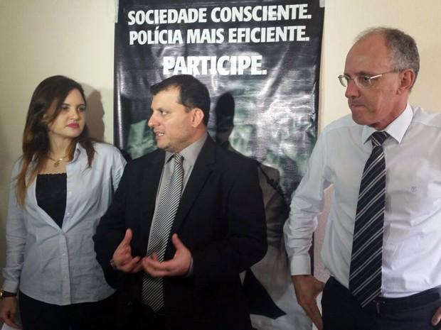 Policiais que investigam o caso dão detalhes sobre crime durante entrevista coletiva em Extrema (Foto: Régis Melo)