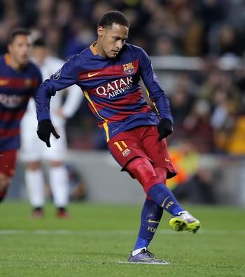 Neymar pênalti Barcelona x Roma (Foto: AP)