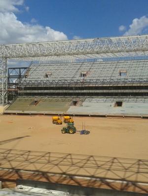 Preparação do gramado na Arena Pantanal setembro 2013 (Foto: Flávio Santos/TVCA)