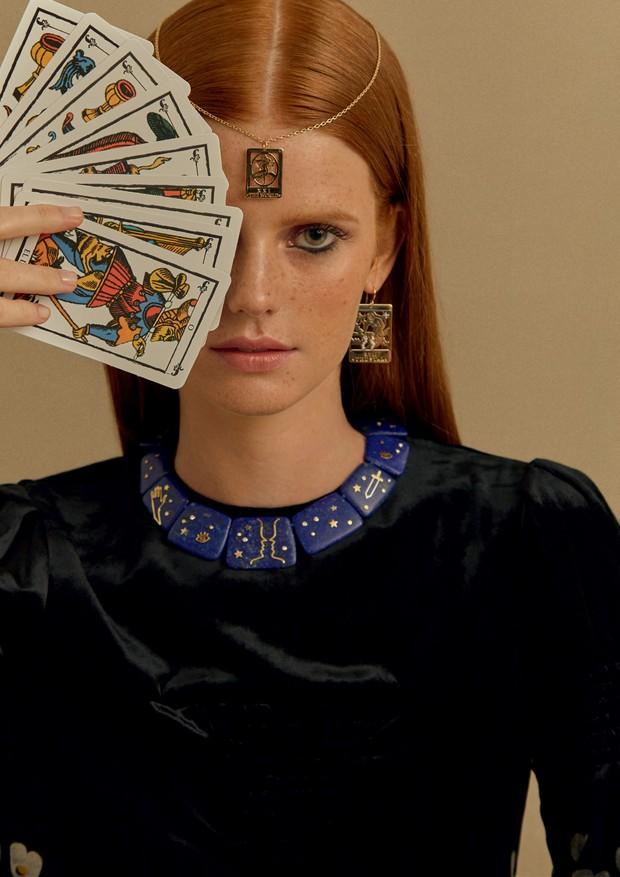 Anel de granada e diamantes (R$ 6.120), pingente na testa (R$ 3.366) e brinco (R$ 15.810), ambos de ouro e diamantes, e colar de lápis-lazúlis e diamantes. Vestido Valentino (Foto: Mar+Vin)