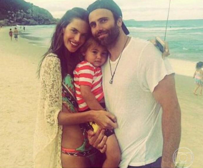 Alessandra com o noivo e a filha (Foto: TV Globo)