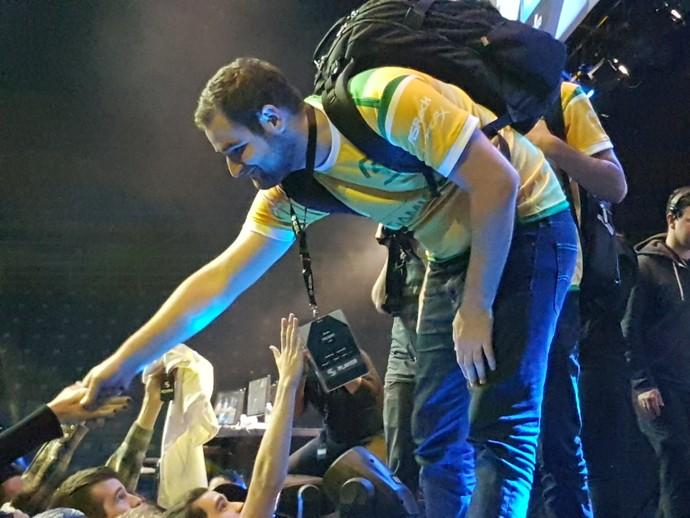 "Gabriel ""Fallen"" cumprimenta fãs após vitória  (Foto: Divulgação / ESL Pro League)"