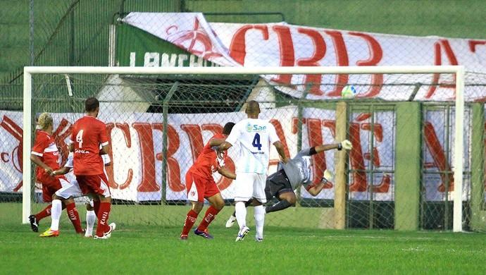Crac faz o terceiro gol no CRB e mata o jogo (Foto: Ailton Cruz/ Gazeta de Alagoas)