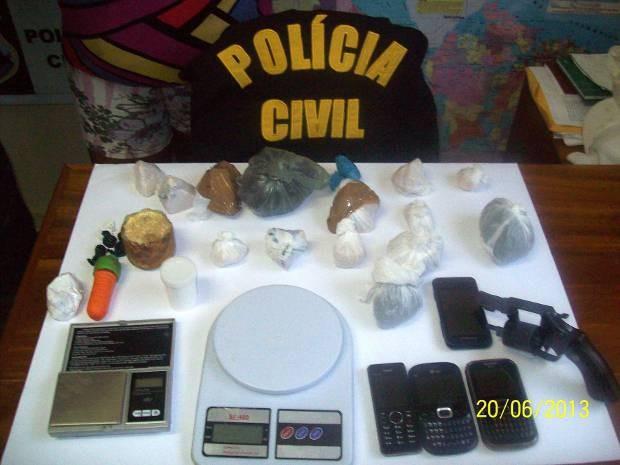 Balanças de precisão, dinheiro e celulares também foram encontrados com os suspeitos. (Foto: Ascom/ Polícia Civil)
