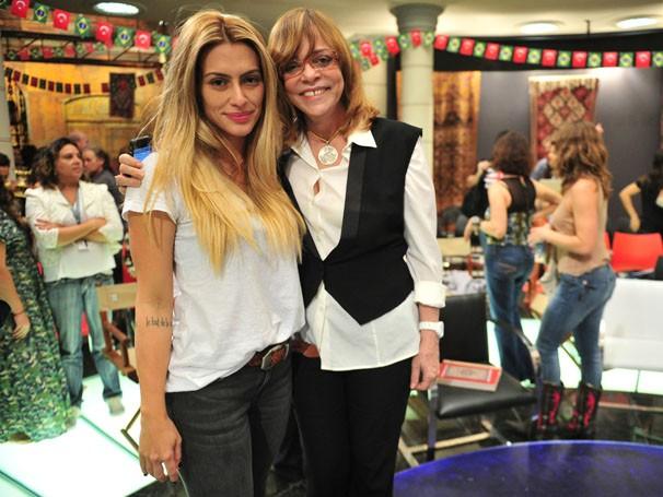 Cléo Pires posa com a autora Glória Perez no workshop da próxima novela das nove  (Foto: TV Globo/ João Miguel Júnior )