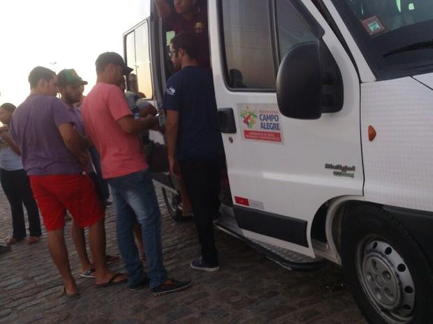 Transporte disponibilizado não é suficiente para atender a quantidade de alunos. (Foto: Arquivo Pessoal/Emerson Santos)