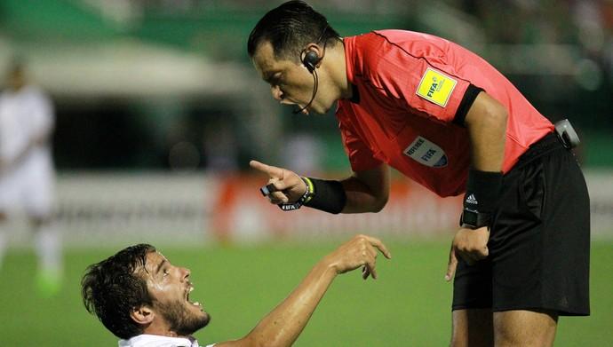 Carlos Orbe Ruiz árbitro Chapecoense x Nacional (Foto: REUTERS/Diego Vara)