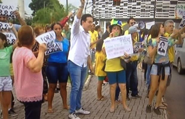 Grupo se reuniu em praça, no Centro de Anápolis, em ato pró-impeachment, em Goiás (Foto: Reprodução/TV Anhanguera)