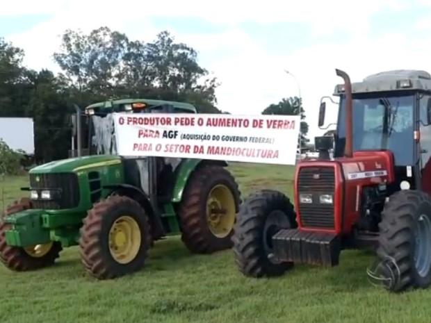 Protesto dos produtores de mandioca da região de Ivinhema, em Mato Grosso do Sul, começou nesta segunda (Foto: Reprodução/TV Morena)