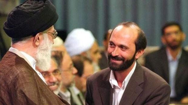 Saeed Tousi (à direita) em encontro com o líder supremo do país, o aiatolá Ali Khamenei (Foto: BBC)