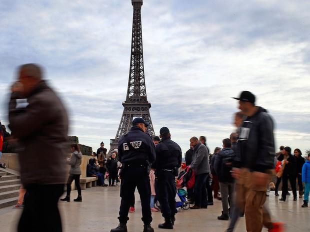 Policiais franceses reforçam segurança na Praça do Trocadero, perto da Torre Eiffel, em Paris. Queima de fogos no Réveillon foi suspensa por medida de segurança (Foto: Francois Mori/AP)