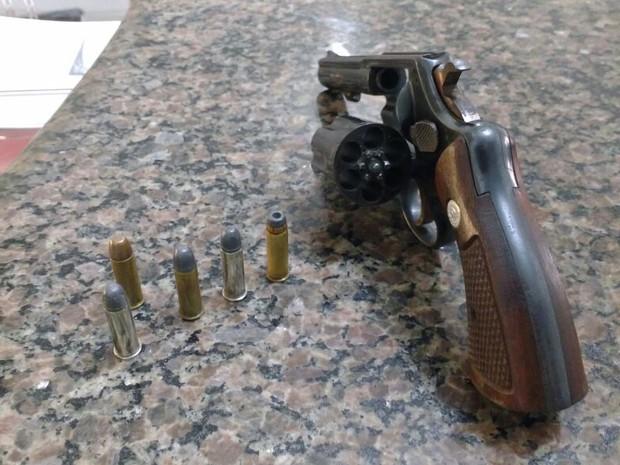 Revólver de um dos assaltantes foi apreendido  (Foto: Priscila Mota/TV TEM)