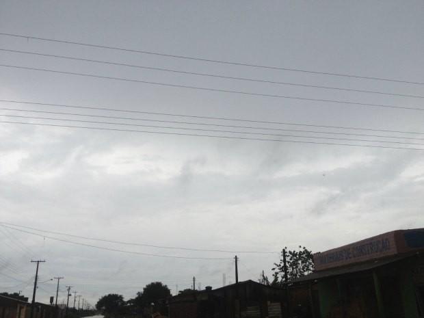 Uma frente fria vinda do sul do país deve deixar o tempo instável em Rondônia neste sábado (24), segundo a previsão do Sistema de Proteção da Amazônia (Sipam). Mas o sol e muito calor ainda irá predominar em todas as regiões, com tempo variando de parcialmente nublado a nublado. Durante a tarde podem ocorrer pancadas de chuva com trovoadas, inclusive em Porto Velho. O tempo segue abafado. (Foto: Larissa Matarésio/G1)