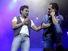 Zezé Di Camargo e Luciano se apresentam com as amadas na plateia