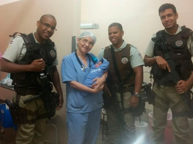 Recém-nascido foi encontrado em beco no bairro de Vista Alegre, em Salvador, Bahia (Foto: Polícia Militar / Divulgação)