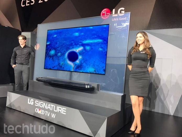 A LG OLED TV W TV é pendurada na parede usando ímãs (Foto: Anna Kellen Bull/TechTudo)