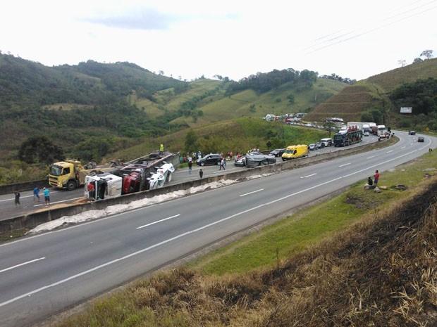 Cegonheira com 15 veículos tomba na Rodovia Fernão Dias (Foto: Polícia Rodoviária Federal)
