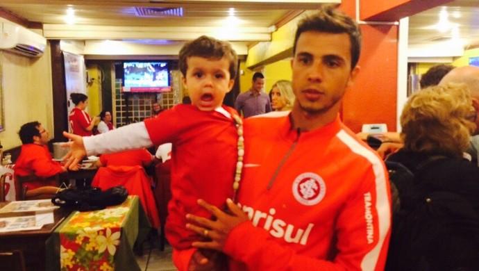 Nilmar na festa do Inter em churrascaria após título do Gauchão (Foto: Igor Grossmann/GloboEsporte.com)
