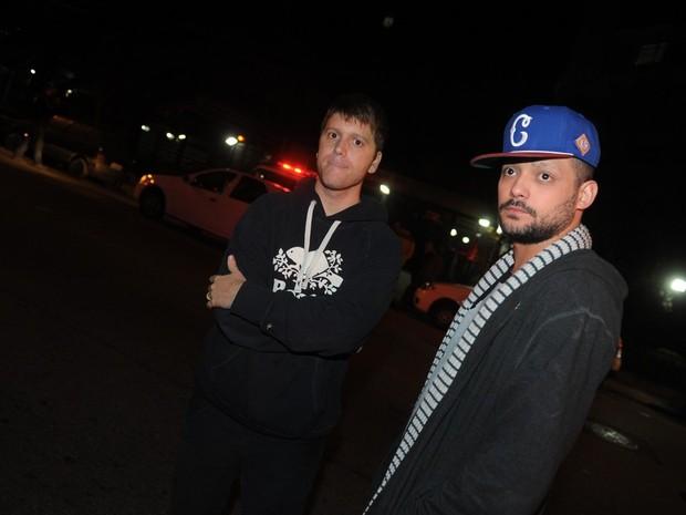 O Impostor e Eduardo Sterblitch em frente ao prédio de Champignon no Morumbi, em São Paulo (Foto: Francisco Cepeda/ Ag. News)