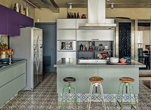 Com coifa da Tuboar, a bancada desta cozinha, projetada pelo arquiteto Gustavo Calazans, tem banquetas de ferro e bowl de cerâmica da Loja Teo (Foto: Edu Castello/Editora Globo)