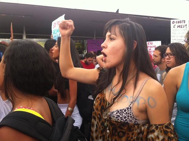 Mulher pede respeito e critica machismo em passeata (Foto: Rafaela Céo / G1)