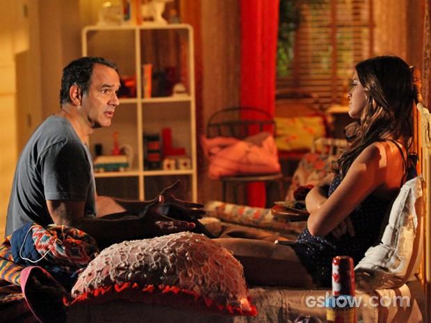 Virgílio conversa com a filha e explica as mágoas de Helena (Foto: Carol Caminha/ TV Globo)