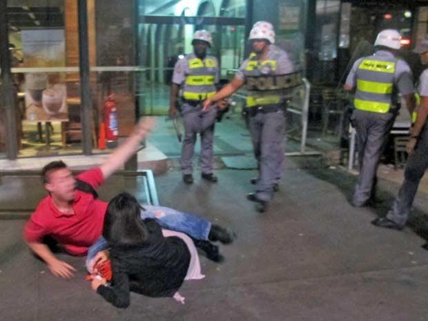 Casal é agredido pela PM (Foto: Marcelo Mora/G1)