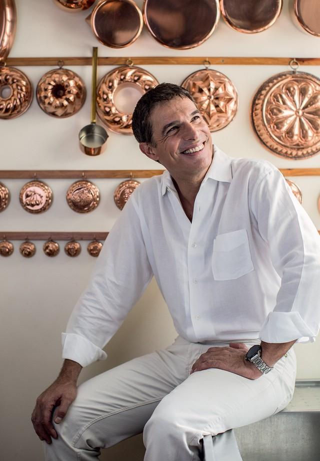 Olivier na cozinha da sua casa, no centro de São Paulo (Foto: Deco Cury)