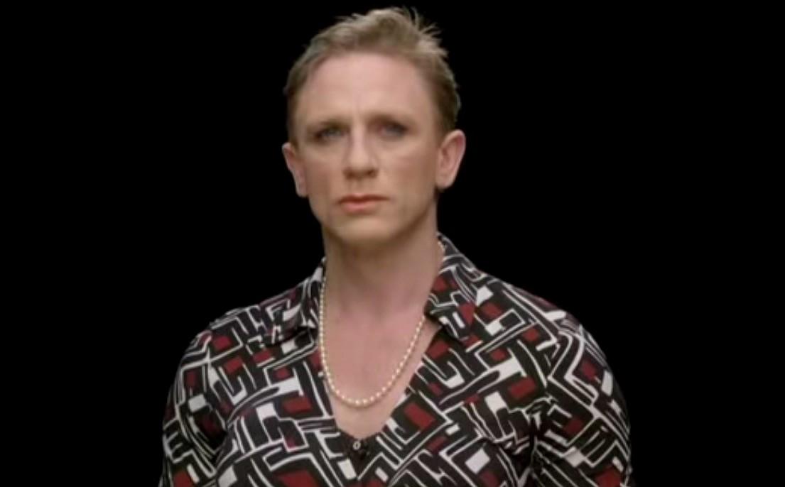 O 007 Daniel Craig se vestiu de mulher um vídeo institucional em 2011 para uma campanha britânica pela igualdade entre os gêneros. (Foto: Reprodução)
